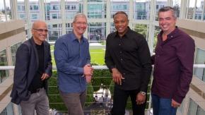 Da esquerda: cofundador da Beats, Jimmy Iovine, CEO da Apple, Tim Cook, cofundador da Beats, Dr. Dre, E Eddy Cue, vice-presidente sênior de software e serviços para internet